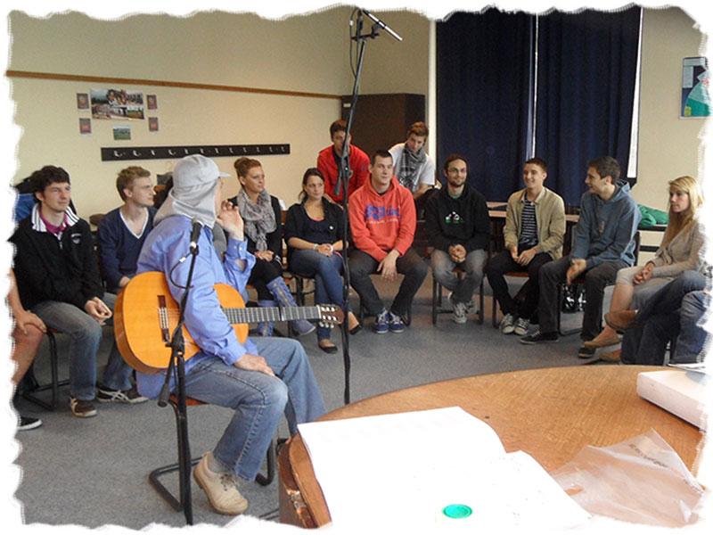 Atelier de création de chanson avec des adultes, Raphy Rafaël, chanteur Belge