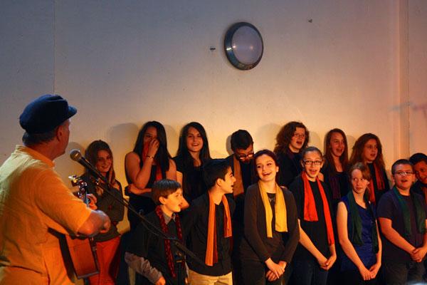 Atelier de création de chansons avec des adolescents et Raphy Rafaël, chanteur Belge